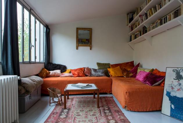 Salon bohème avec canapé orange