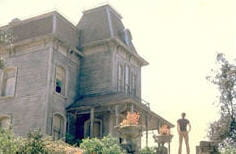 que se passe-t-il dans cette maison où vivent une mère et son fils?