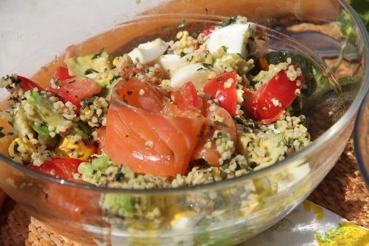 Taboulé au saumon fumé, tomates cerise, avocat et oeufs