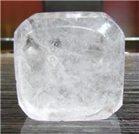 la pierre d'alun est mouillée avant d'être appliquée sur la peau.