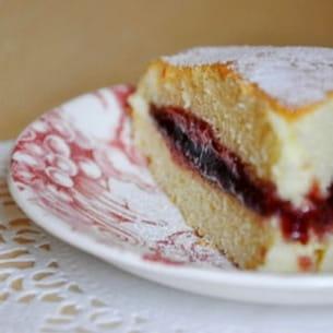gâteau léger et moelleux, garni de confiture de framboise