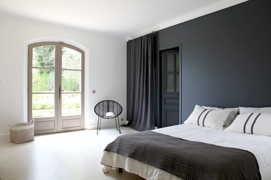 Une chambre d'adulte en noir et blanc