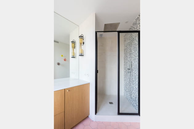 Douche XXL et mix de matériaux dans la salle d'eau
