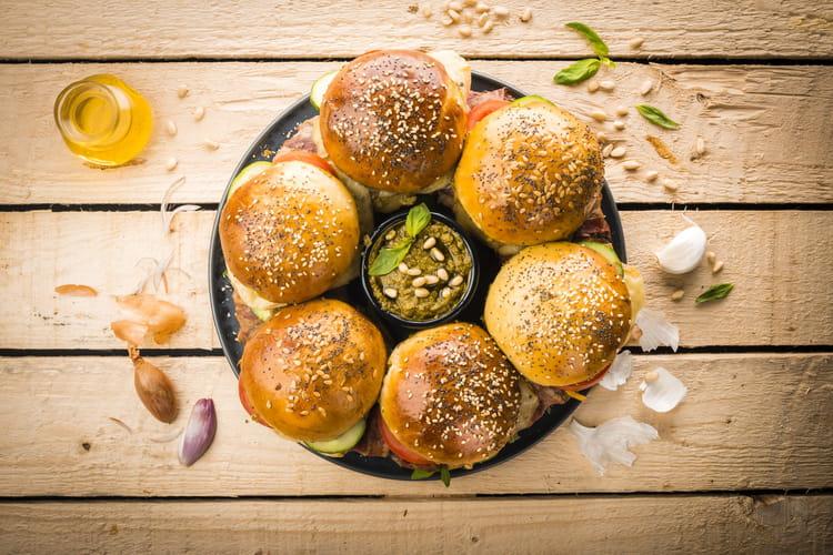 Couronne de burger au bœuf, pesto et crudités