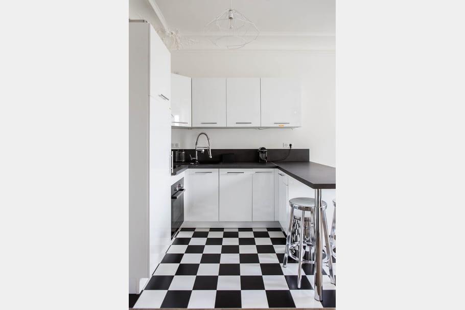 un carrelage en damier. Black Bedroom Furniture Sets. Home Design Ideas