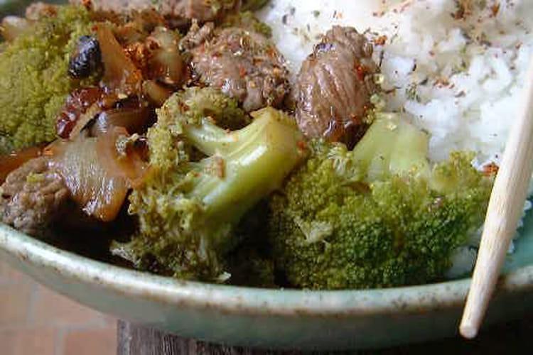 Boeuf sauté aux oignons et au brocoli