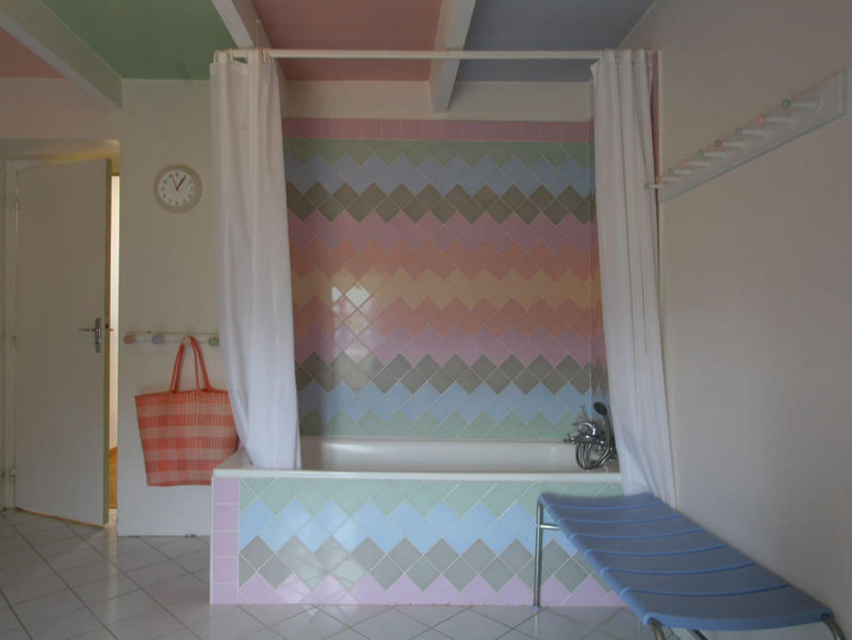 salle de bains carrel e de pastel. Black Bedroom Furniture Sets. Home Design Ideas