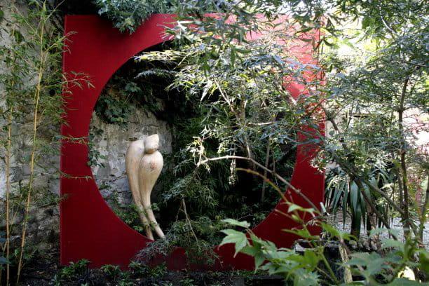 Des sculptures dans un écrin de verdure