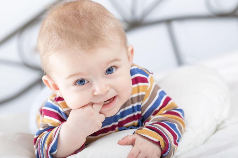Eveil de bébé: développement selon son âge, comment le stimuler?
