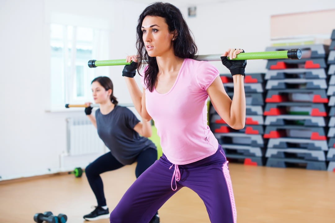 Flexion-hanches-genoux-jambes-ecartees-baton