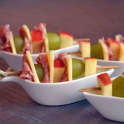 Brochettes de fruits fromage et salami - Apero dinatoire chic et pas cher ...