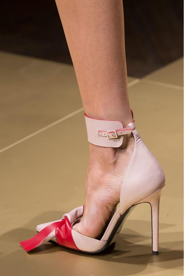Les escarpins bicolores avec bride de cheville du défilé Atelier Versace