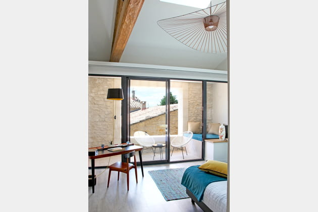 Une chambre avec balcon