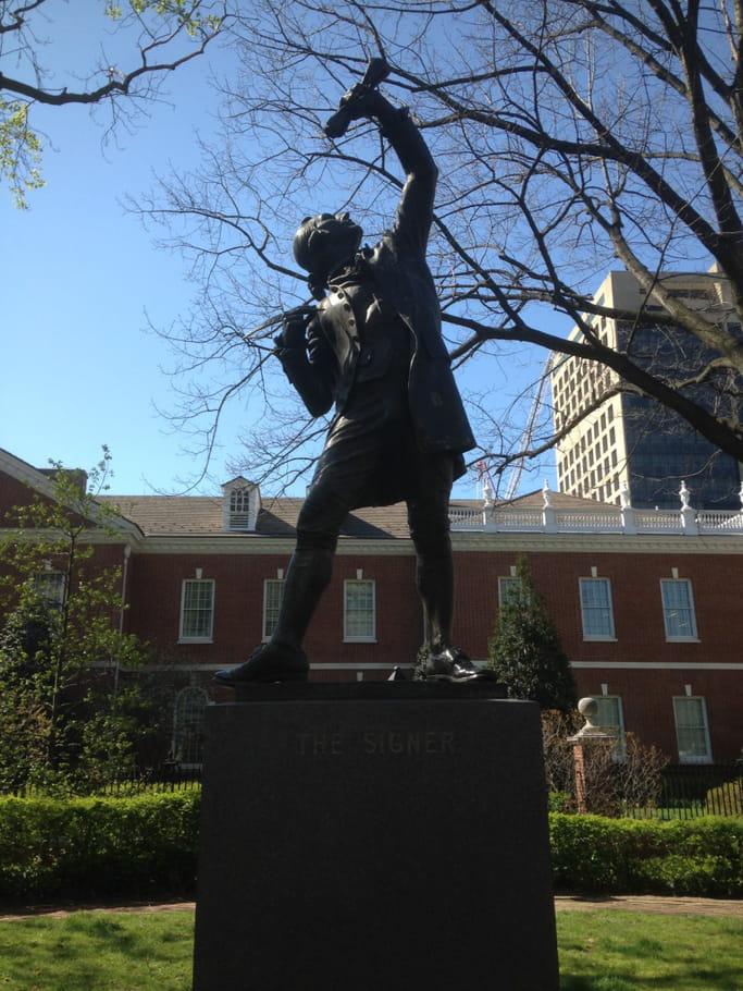 La statue The Signer près de L'Independance National Historical Park