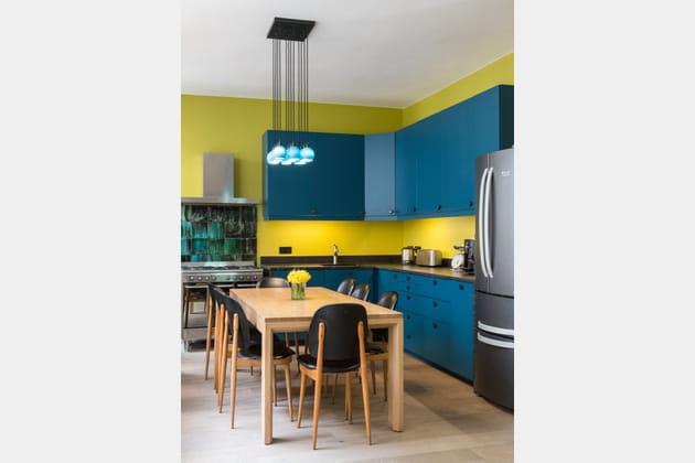 Une cuisine bleue et jaune