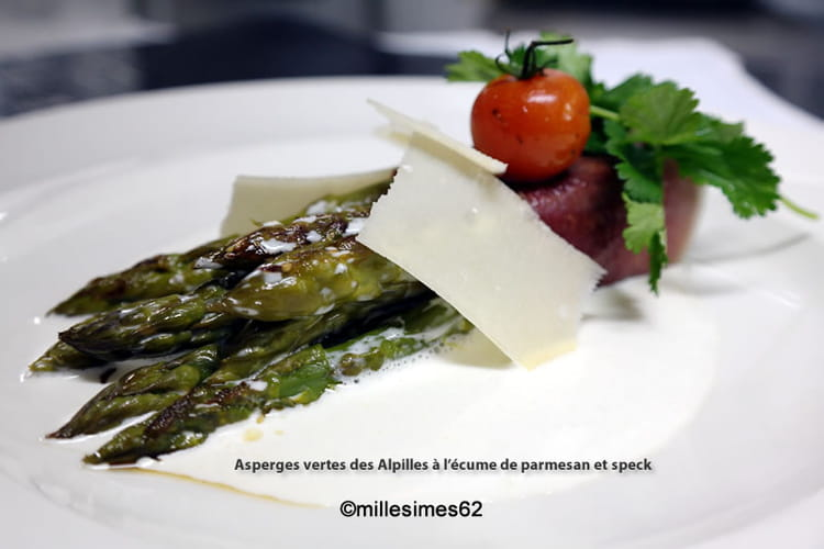 Asperges vertes des Alpilles à l'écume de parmesan et speck
