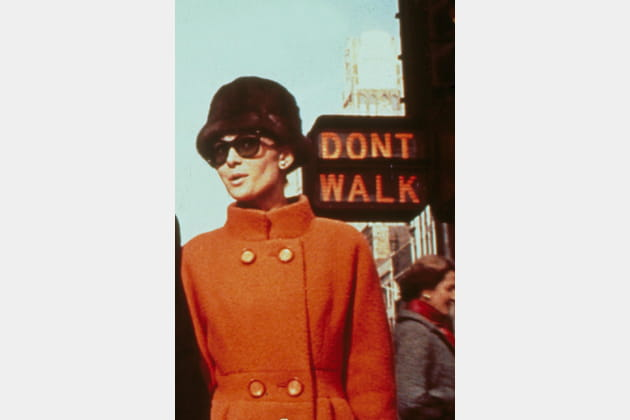 Audrey Hepburn en manteau orange
