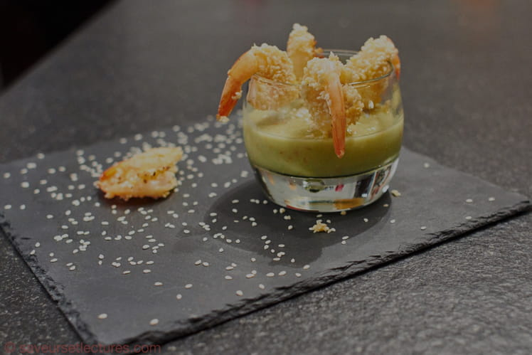 Sauce avocat-concombre-piment et crevettes au sésame