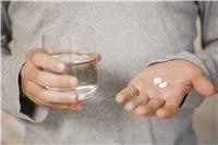 les antidouleurs et anti-inflammatoires traitent les conséquences de la maladie,