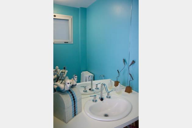 Ambiance turquoise à la salle de bains