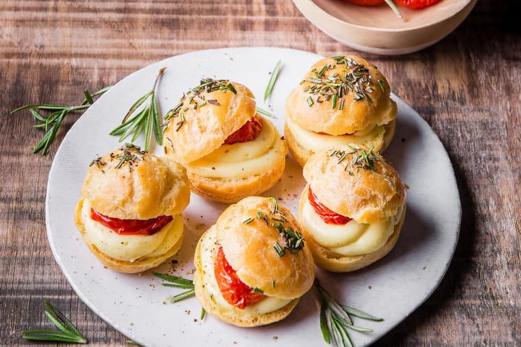Mini choux à la Raclette, tomates confites et romarin