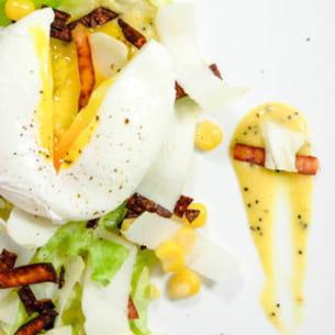 oeuf poché, salade d'endives et dinde grillée