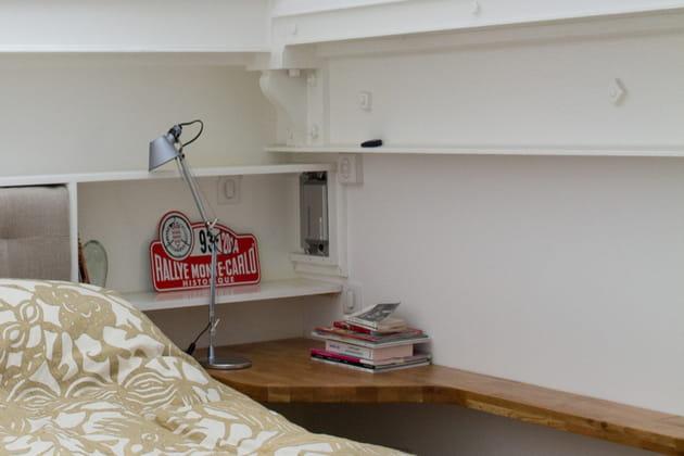 table de nuit comme une tag re. Black Bedroom Furniture Sets. Home Design Ideas