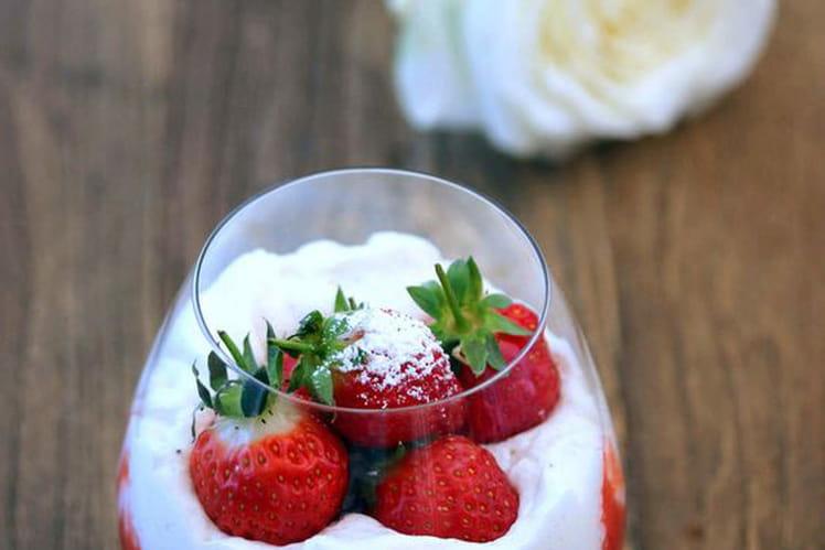 Panna cotta vanille, chantilly et coulis de fraises