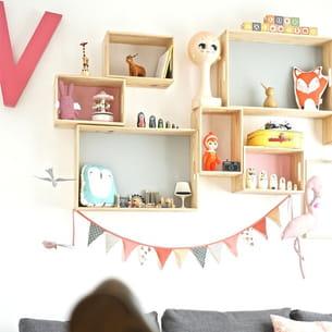 une composition d'étagères pour ranger et décorer une chambre d'enfant