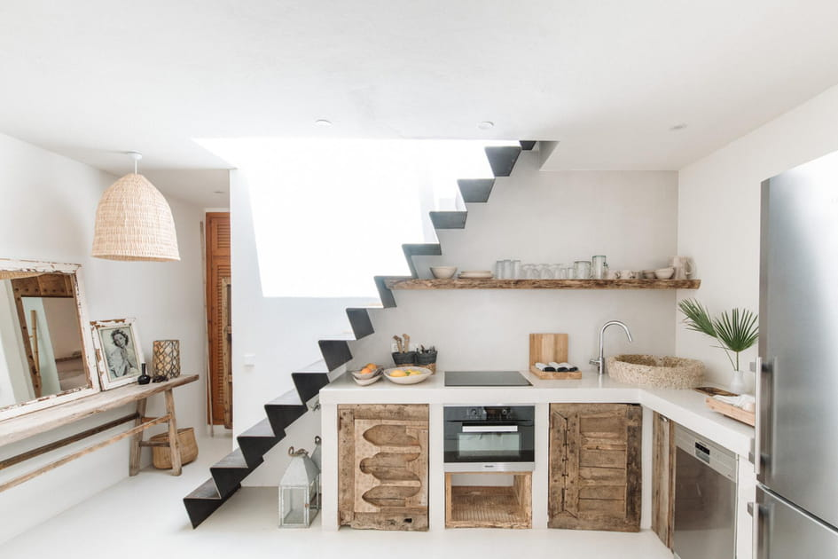 Une cuisine entre bois et blanc sous l'escalier
