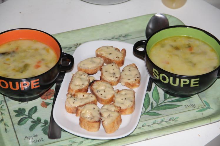 Soupe paysanne et ses tartines au munster et cumin