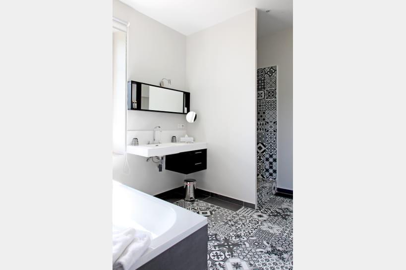 Salle de bains: le carreau de ciment envedette