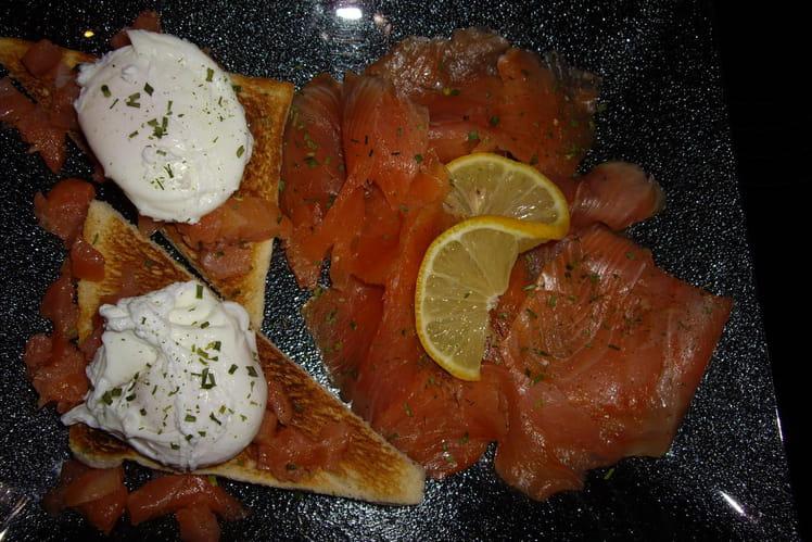 Toast au saumon et oeuf poché