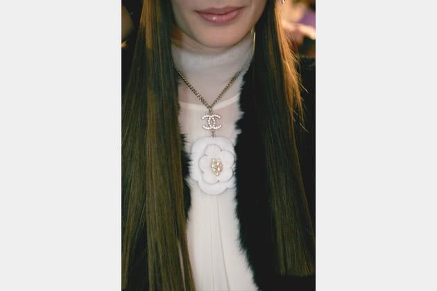 Le collier camélia du défilé automne-hiver 2005-2006