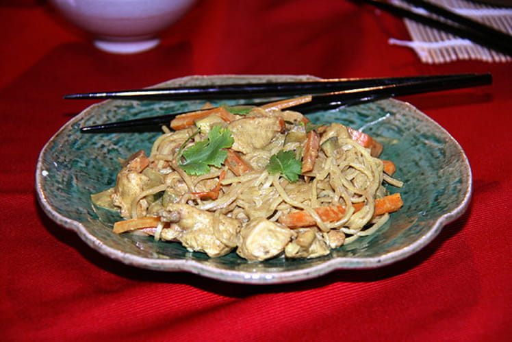 Poulet au curry au lait de coco et nouilles sautées