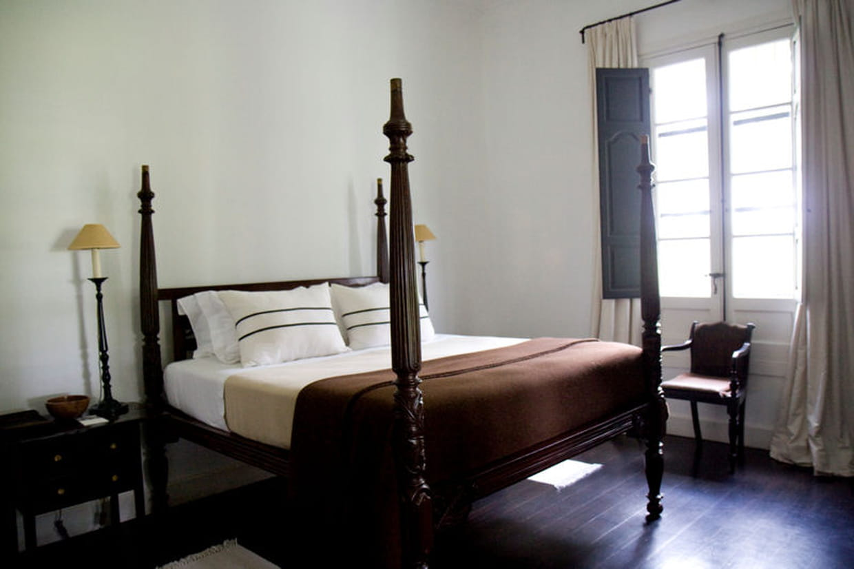 la chambre de style colonial par excellence. Black Bedroom Furniture Sets. Home Design Ideas
