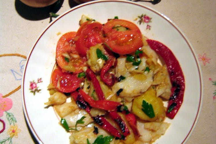 Salade de morue, pommes de terre et poivrons rouges
