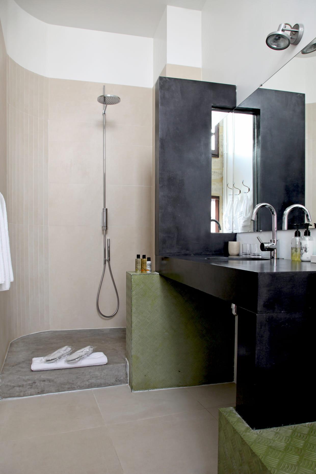Le b ton dans la salle de bains for Comfemme nue dans la salle de bain