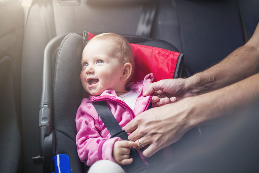 En voiture, mieux vaut enlever la doudoune de bébé