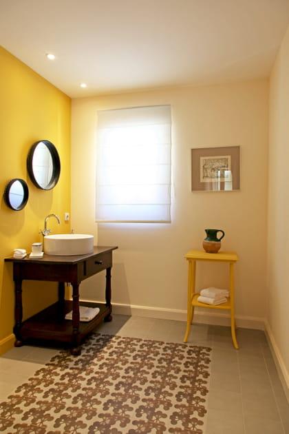 Du jaune doré pour la salle d'eau