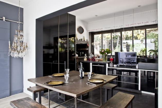 Des placards noirs laqués côté cuisine