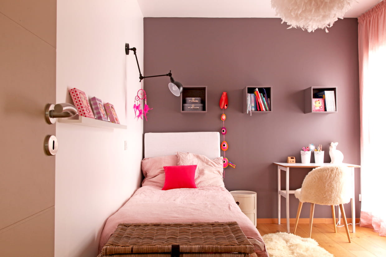 une chambre de fille rose poudr et taupe. Black Bedroom Furniture Sets. Home Design Ideas