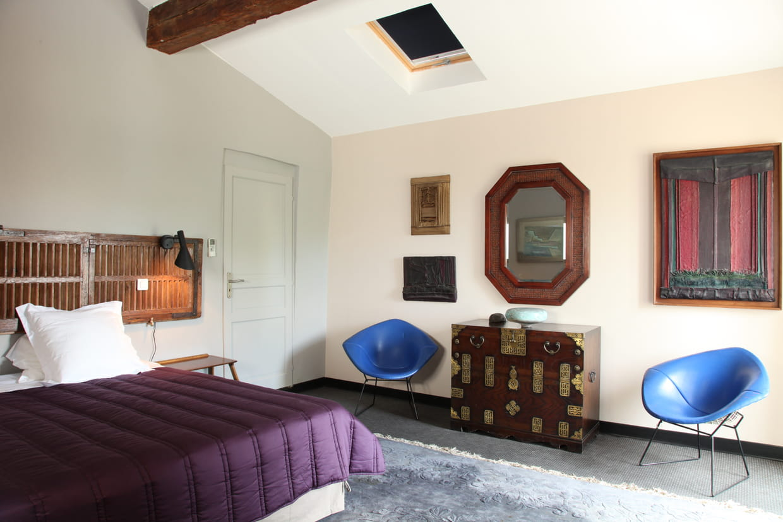 une chambre entre ancien et moderne. Black Bedroom Furniture Sets. Home Design Ideas