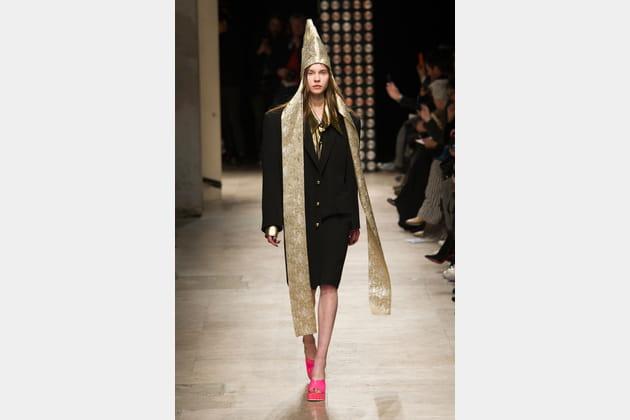La coiffe pointue-écharpe dorée du défiléVivienne Westwood