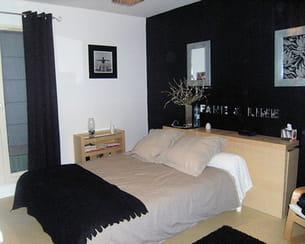 chambre noire, grise et blanche