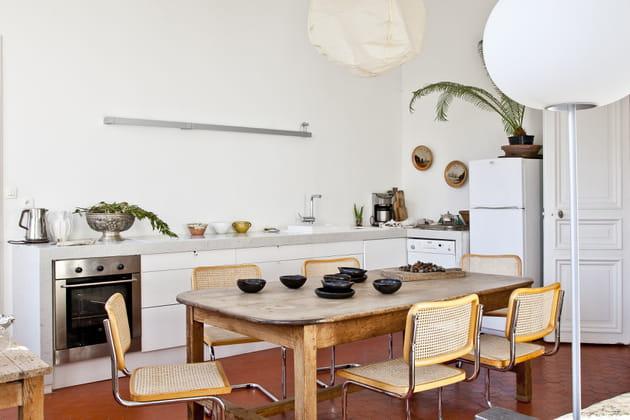 Chaises en cannage dans la cuisine