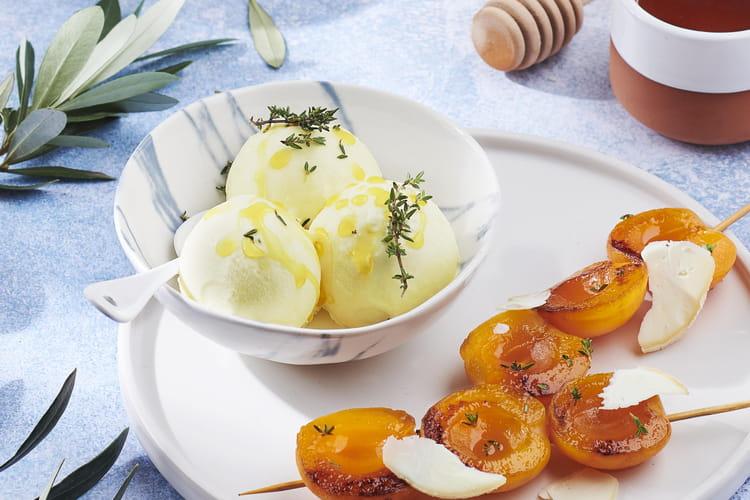 Glace à l'huile, thym et brochettes d'abricots rôtis au miel