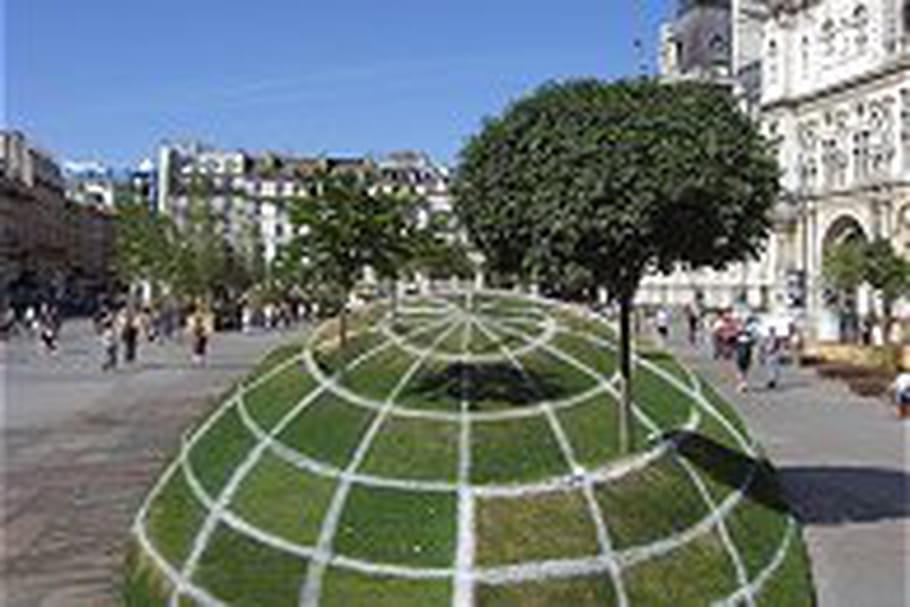 Une drôle de sphère sur le parvis de l'Hôtel de Ville de Paris