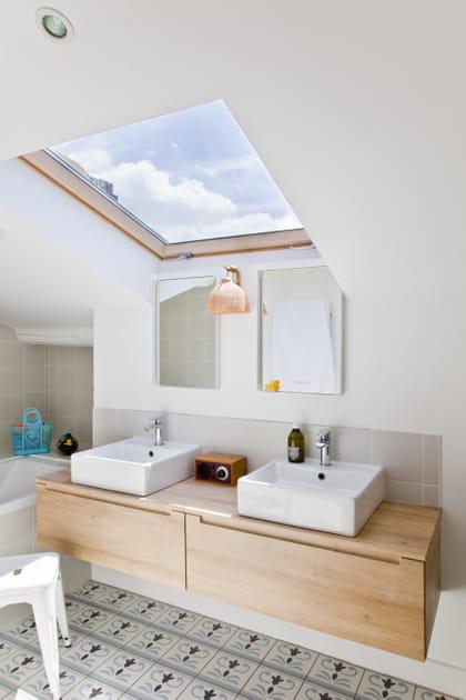 Un luminaire déco dans la salle de bains