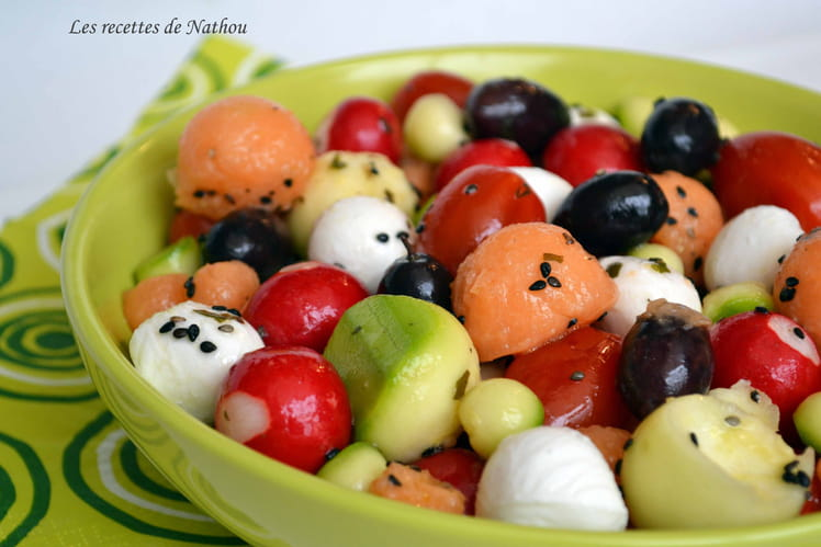 Salade melon, mozzarella, tomates cerise, olive, radis toute ronde